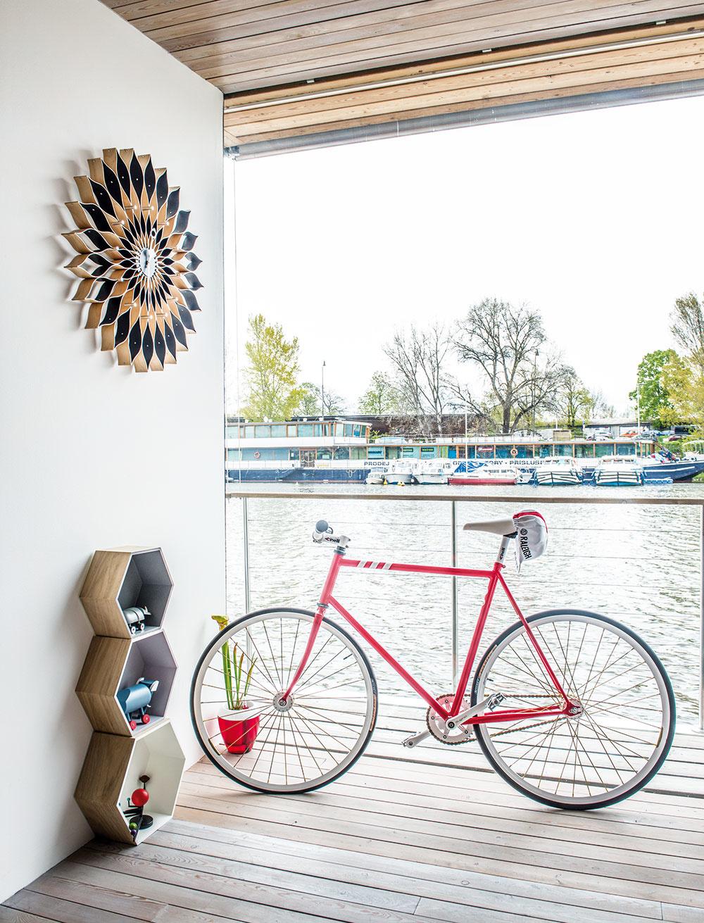 Pri vode býva príjemná rovinka a väčšinou aj slušné cyklochodníky, takže bicykel by na hausbóte určite  nemal chýbať.