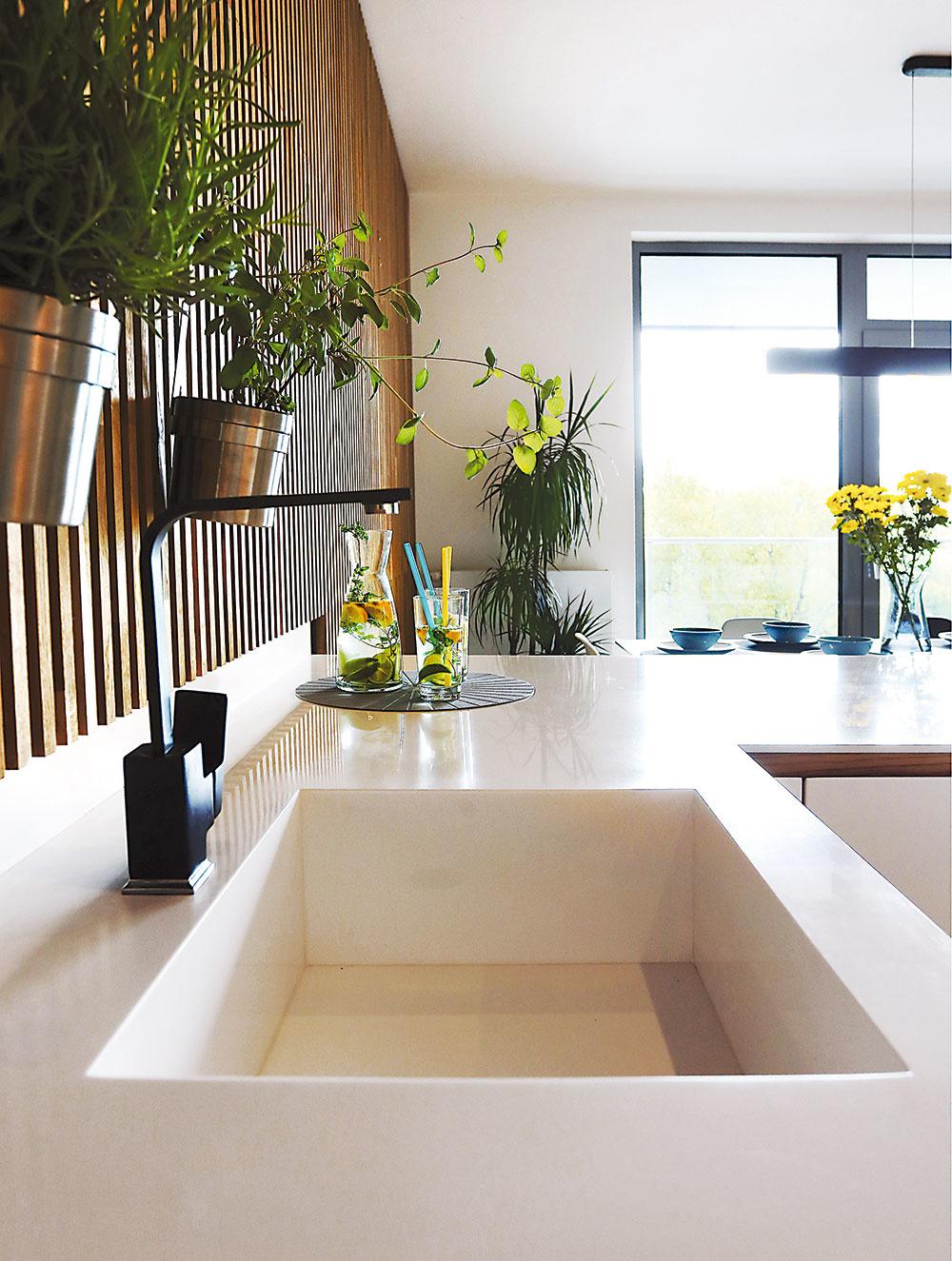 """Lamelovú dubovú stenu pri kuchyni zdobí milá aj praktická """"bylinková záhradka""""."""