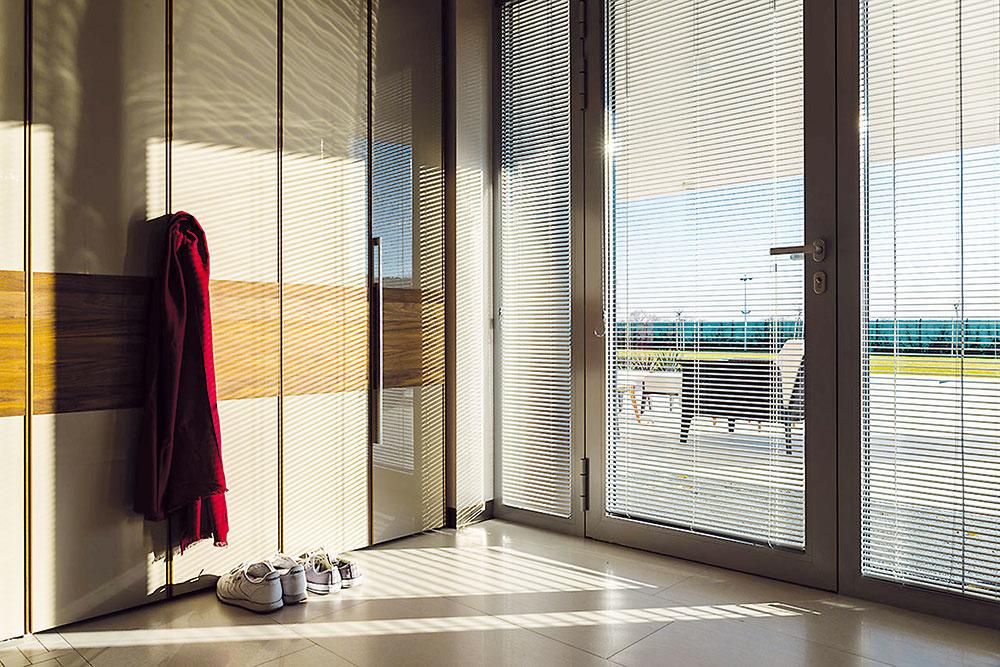 HLINÍKOVÉ HORIZONTÁLNE ŽALÚZIE sú najrozšírenejším druhom interiérového tienenia zdôvodu výborného pomeru ceny a kvality. Umožňujú zabrániť nežiaducim pohľadom aregulovať vstup denného svetla do miestnosti. www.ksystem.sk