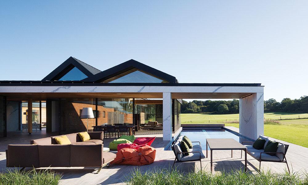 Vonkajší obytný priestor je vybavený odolným exteriérovým nábytkom, ktorý svojím dizajnom podporuje pocit súvislosti s interiérom. Kolekciu Boma navrhol pre značku Kettal Rodolfo Dordoni. Pohovka je vyrobená z odolného materiálu, ktorý dokáže čeliť vonkajšiemu prostrediu a neutrpí ani umiestnením v blízkosti bazéna. kettal.com