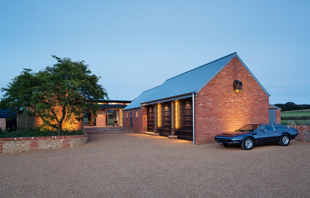 Pohľad zo západu. Západné krídlo domu obsahuje garáže, kuchyňu a jedáleň domácich. Zo západného nádvoria je tiež hlavný vstup do domu. Tehly dodávajú tejto strane farmy tradičnejší vzhľad.