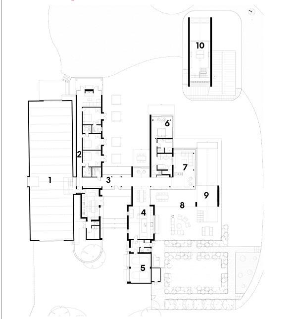 1 stodola 2 spálne, jedáleň a obývačka pre hostí 3 zasklená galéria 5 jedáleň a kuchyňa 6 garáž 7 spálňa domácich so šatníkom a kúpeľňou 8 obývačka 9 južné nádvorie 10 bazén 11 poschodie – pracovňa