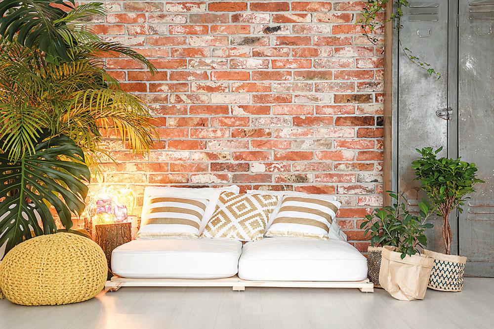 TEHLOVÉ STENY SA TEŠIA VEĽKEJ OBĽUBE. Ak bývate v starom dome a plánujete jeho rekonštrukciu, máte ideálnu možnosť doplniť interiér o tento prvok tak, že zoškrabete omietky až na pôvodnú vrstvu tehly.