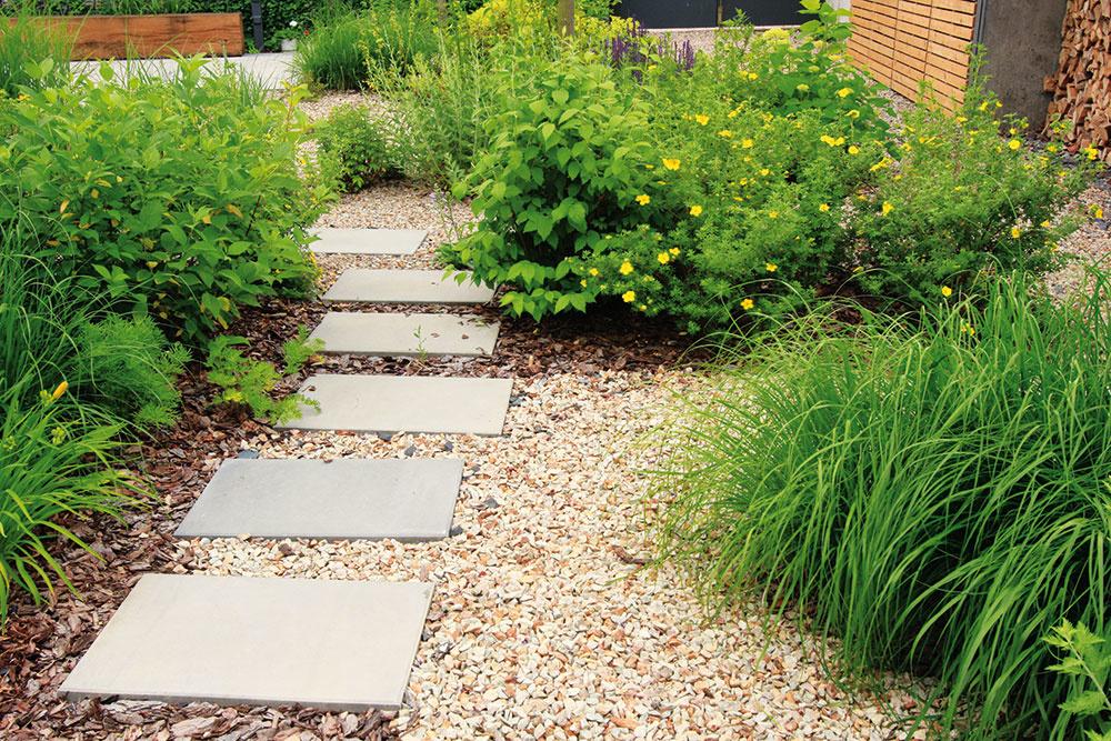"""Drevenú podlahu na terase dopĺňajú veľkoformátové betónové platne použité v priestore. """"Betón v modernej záhrade považujem za vítané riešenie. Zbytočne na seba neupozorňuje a záhrada aj vďaka nemu pôsobí jednoducho a pokojne,"""" ozrejmuje skúsený architekt."""