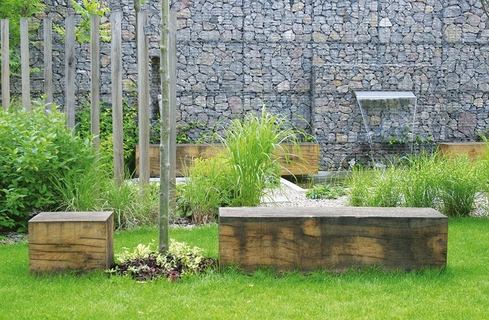 """Použité drevo si zachováva jednoduché moderné tvary a vďaka patine, ktorú postupne získava, vytvára zaujímavý kontrast s hmotou domu. """"Je to moderné riešenie, ktoré však stavia na prirodzenosť a drsnosť materiálu,"""" dodáva autor návrhu."""