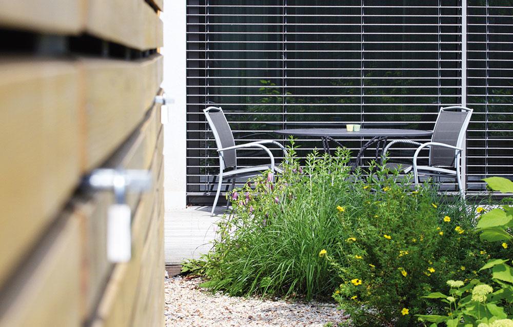 Terasa a na ňu nadväzujúca záhrada ponúka viacero možností na oddych. Popri štandardom záhradnom nábytku tu nájdete viaceré drevené prvky.