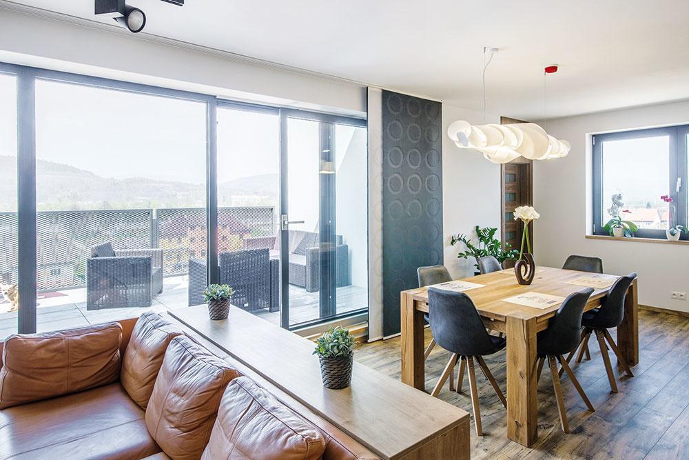 Terasu, ktorú od obývačky oddeľujú veľké zasklené dvere, si domáci za pekných dní naozaj užívajú. Obytný priestor sa vtedy môže reálne spojiť s exteriérom, v horšom počasí ho terasa rozširuje aspoň pocitovo.