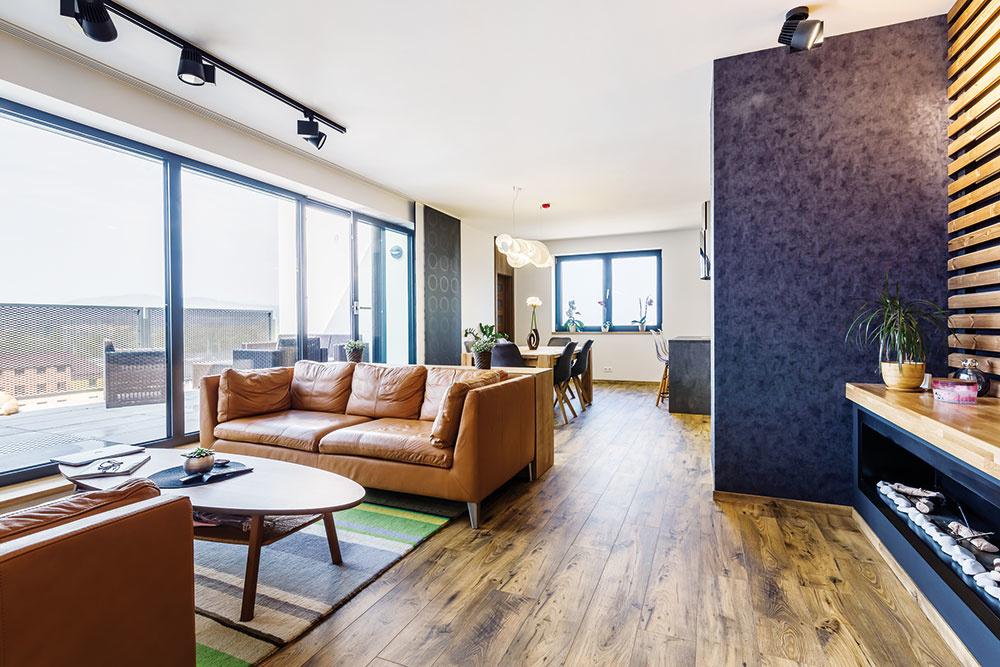 V otvorenom dennom priestore na obývačku plynule nadväzuje jedáleň a kuchyňa. Keďže z kuchyne je prístupná komora, vystačí si mladá rodinka s menším počtom skriniek a interiér tak môže byť vzdušnejší.