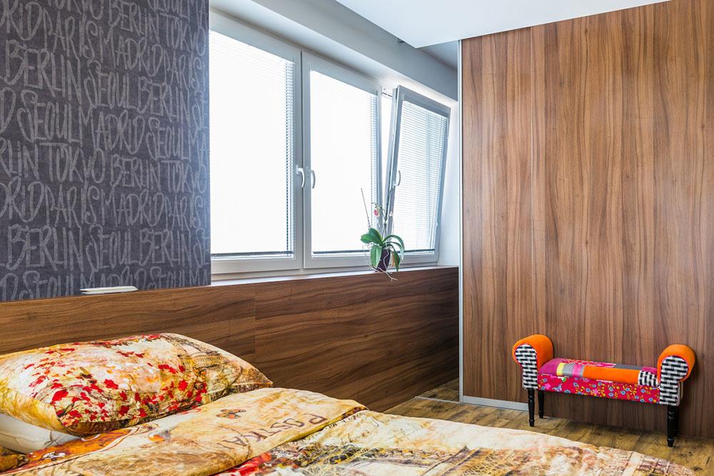 Šatník prístupný zo spálne je splneným snom domácej panej. Oddeľujú ho posuvné dvere a so zvyškom miestnosti ho prepája okno a parapet, ktorý plynulo prechádza do čela postele.