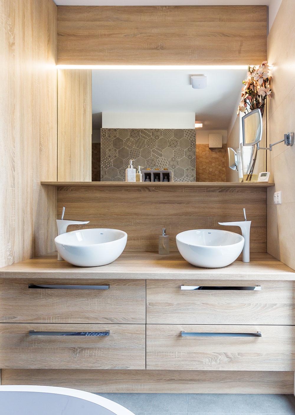Do kúpeľne v nočnej časti bytu sa architektovi podarilo umiestniť všetko, po čom domáci túžili. Obklad so šesťuholníkovou štruktúrou, ktorý použili na stene pri vani, bol vtedy čerstvou novinkou.