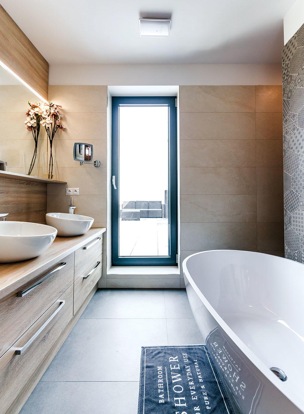 Dostatok miesta sa našlo aj na samostatne stojacu vaňu, ktorá je prístupná z troch strán. Za stenou pri vani je ukrytá z jednej strany sprcha, z druhej toaleta. Vďaka skleneným dverám je tu nielen prístup na terasu, ale aj príjemné denné svetlo a možnosť vetrania.