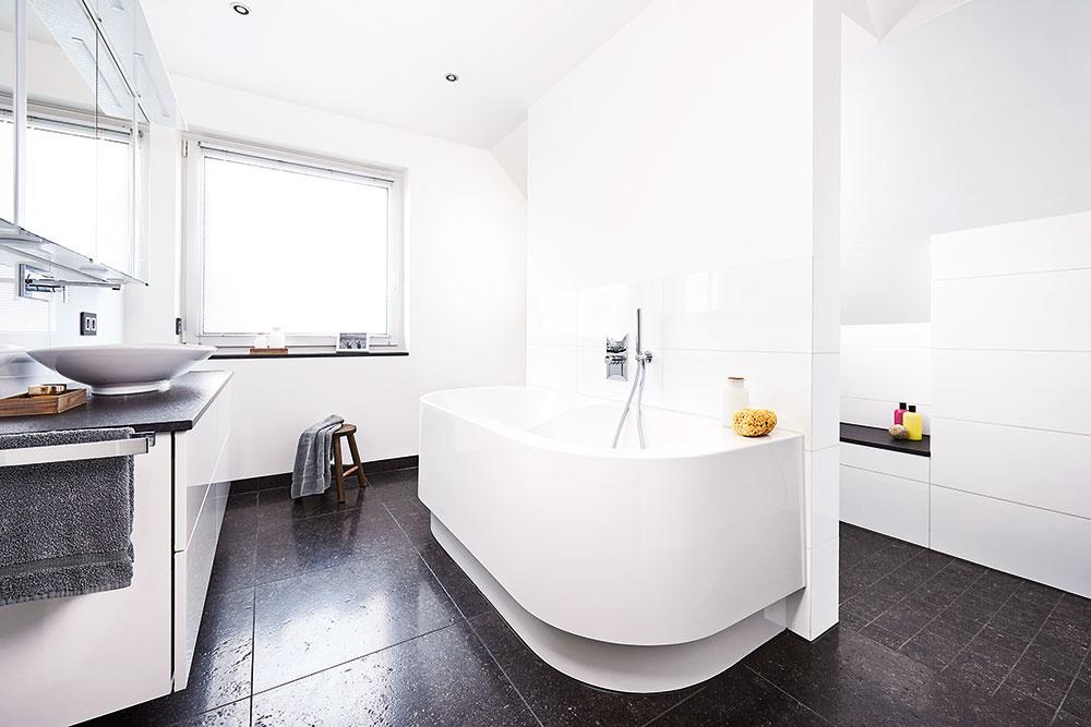 Deliaca predstena miestnosť funkčne rozdelila a zároveň poslúžila na inštaláciu vane spredu a sprchy z druhej strany. V zadnej časti sa potom nachádza toaleta.