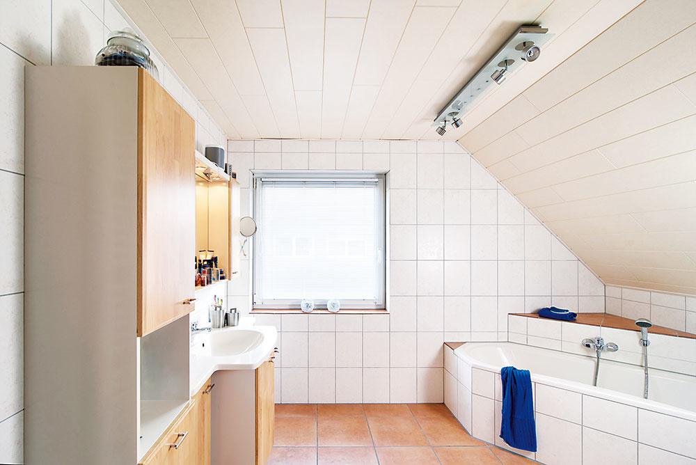 1 Pôvodný stav. Kúpeľni dominovala v rohu umiestnená vaňa a nábytok s dvierkami v svetlom dekore dreva.