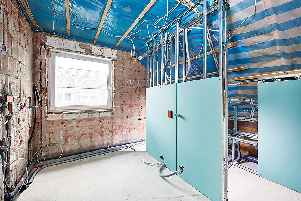 Z procesu výstavby. Predstenové inštalačné prvky sú už umiestnené a sčasti opláštené.