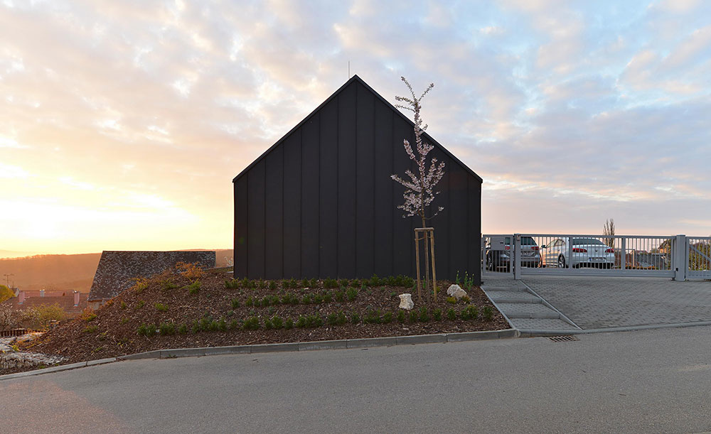 Dom postavený z dvoch domov: Spôsob, ako sa dodržať prísne normy a vyjsť v ústrety majiteľom