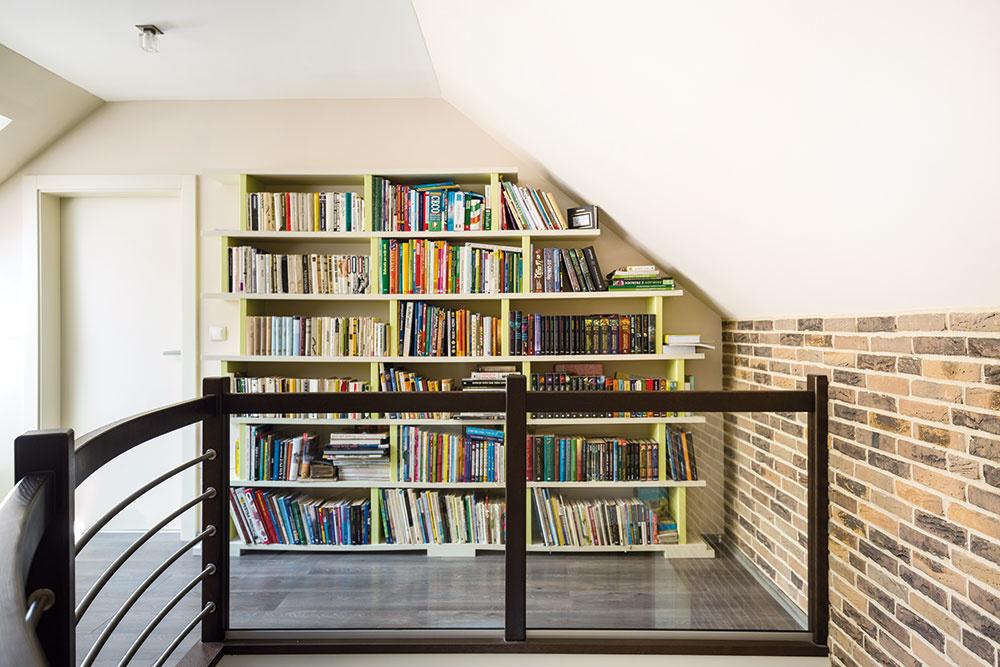 Na hornom poschodí bola kedysi dielňa, ktorú majiteľka zpriestorových dôvodov apre veľkú prašnosť vcelom dome presťahovala do nájomných priestorov vPrievidzi. Dominantou je veľká knižnica – pod jej dizajn sa podpísala Patrícia. Navrhla ju do podkrovia tak, aby sa čo najefektívnejšie využil šikmý priestor.