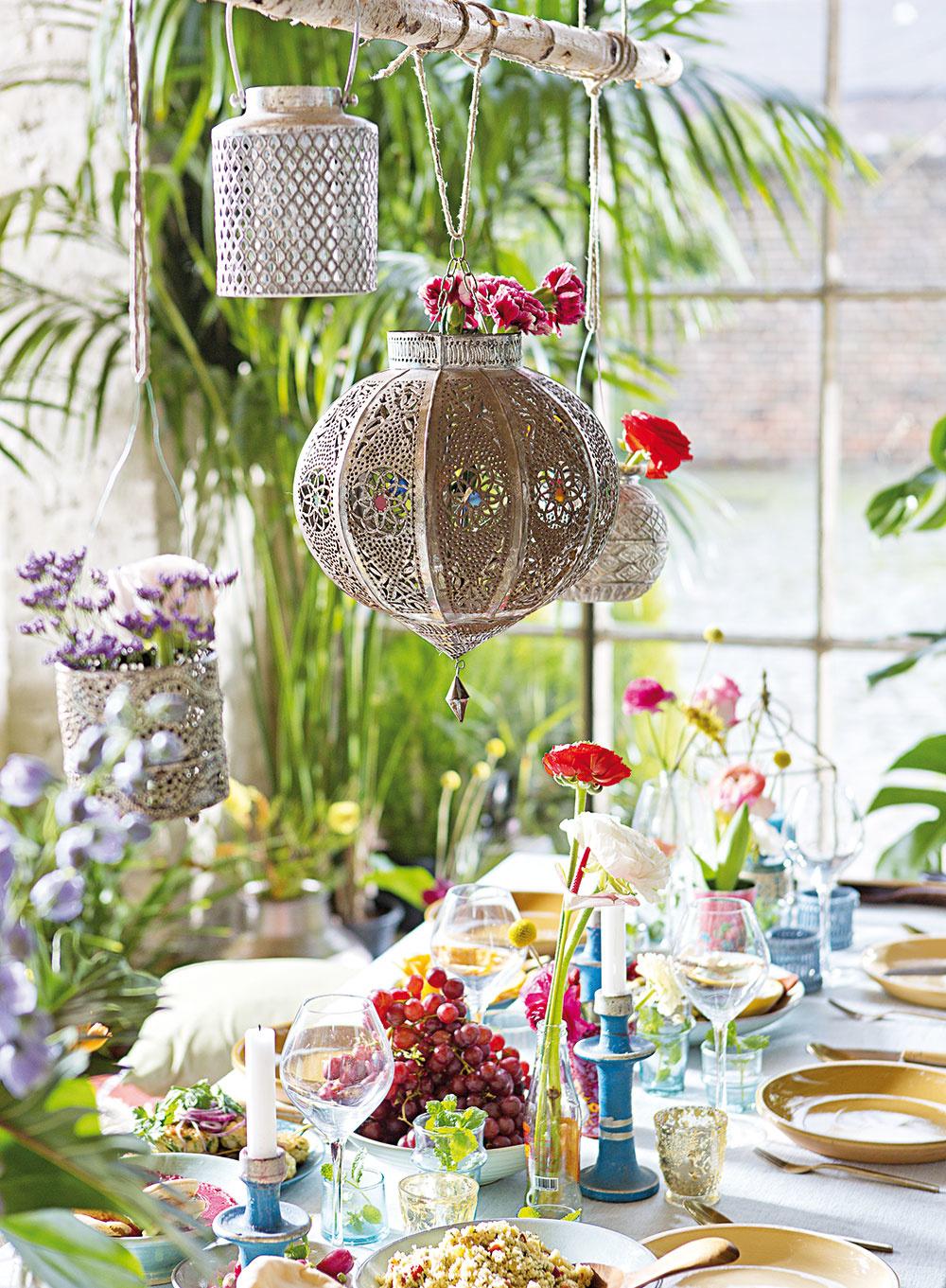 Že nemáte stromy? Zaveste nad stôl (doma či vonku) hrubší konár a naň, čo uznáte za vhodné na riadnu oslavu.