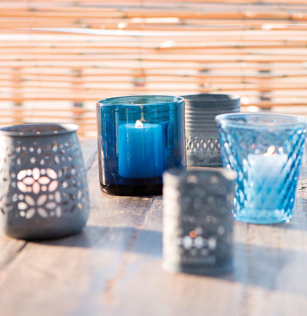 Večera pri sviečkach. Hotová lahôdka. Ako svietniky poslúžia aj kompótové poháre či malé kvetináče.