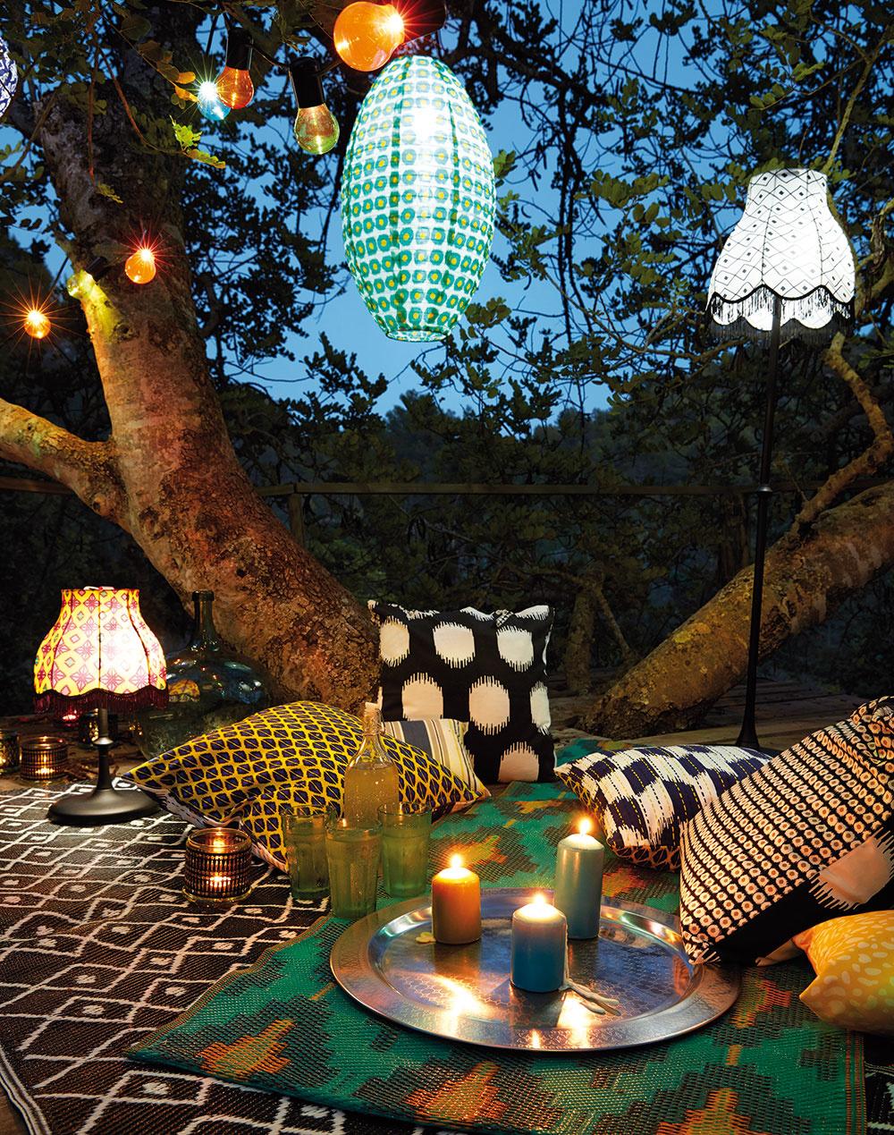Najideálnejší piknik je pod stromom, pri svetlách lampiónov a sviečok a v mäkkom pohodlí miliónov vankúšov. Tisíc a jedna noc…
