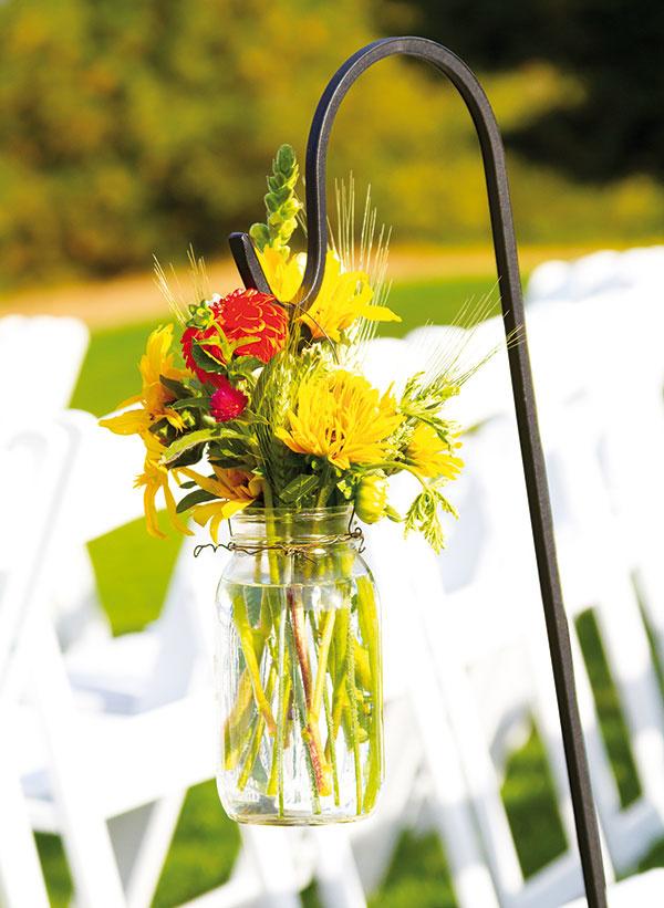 Buďte vynaliezaví, hľadajte kompromisy! Na stole, nech už je akokoľvek veľký, napokon vždy zostane málo miesta. (Aj keď na kyticu by sa vždy malo nájsť.) Zaujímavým riešením je zavesiť kytičku na hák k stolu a večer ju vymeniť napríklad za lampáš.