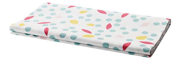 Nielen pre deti na oslave Poháriky na zmrzlinu Sprudla, 0,2 dcl, 0,69 €/6 ks; papierový obrus, 138 × 220 cm, 3,99 €, IKEA