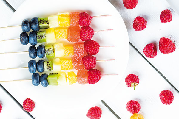 Vždy majte pre hostí pripravené prekvapenie. Ovocné špízy, kúsky melóna či dezert v pohári (kto by ho mohol odmietnuť?) budú príjemným osviežením po grilovanom mäse.