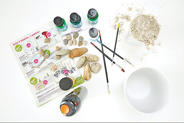 1. ŠTETCE A FARBIČKY Vyčistené kamene namaľujeme rôznymi odtieňmi zelenej. Na to si musíme pripraviť vhodné farby a pomôcky.