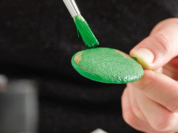 2. ZÁKLAD Maľujeme drobnými okrúhlymi štetcami – najprv z jednej strany, počkáme, kým farba zaschne, následne z druhej strany.