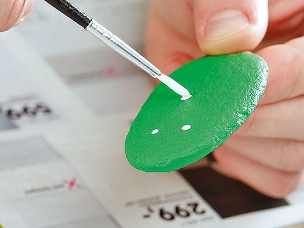 3. DROBNOSTI Keď farba vyschne, dotvoríme hviezdičky, čiarky, krížiky a bodky tak, aby sme dosiahli vzhľad kaktusu.