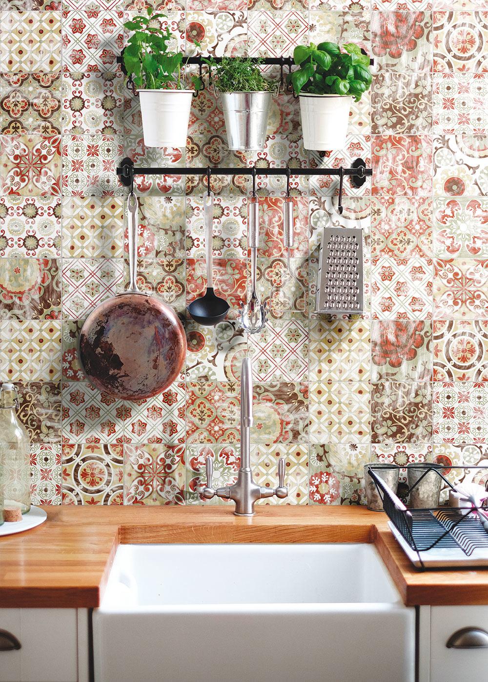 Ručne vyrábaný obklad inšpirovaný tradíciou stredomorských vzorov. Prispôsobivý a kombinovateľný s rôznymi materiálmi, ako je drevo, betón a iné moderné povrchy.