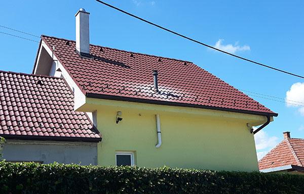 Ukážka poškodenia strechy výfukom z kondenzačného kotla.