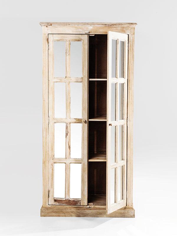 Romantický nádych dodá spálni či obývačke nábytok s patinou. Skriňa so zrkadlovou výplňou Cottage Elegance, mangové drevo, 191,5 × 95 × 47 cm, 1 099 €, Kare design, Light Park