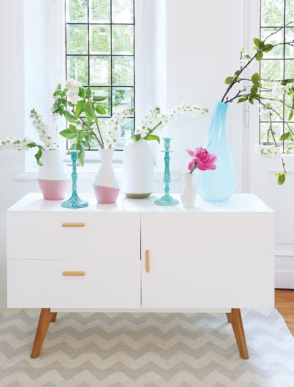 Fádna komoda sa môže razom premeniť na galériu. Vystavte na nej svoje najlepšie kúsky – sklené vázy  a svietniky. V spojení s kvetmi sú nanajvýš romantické.