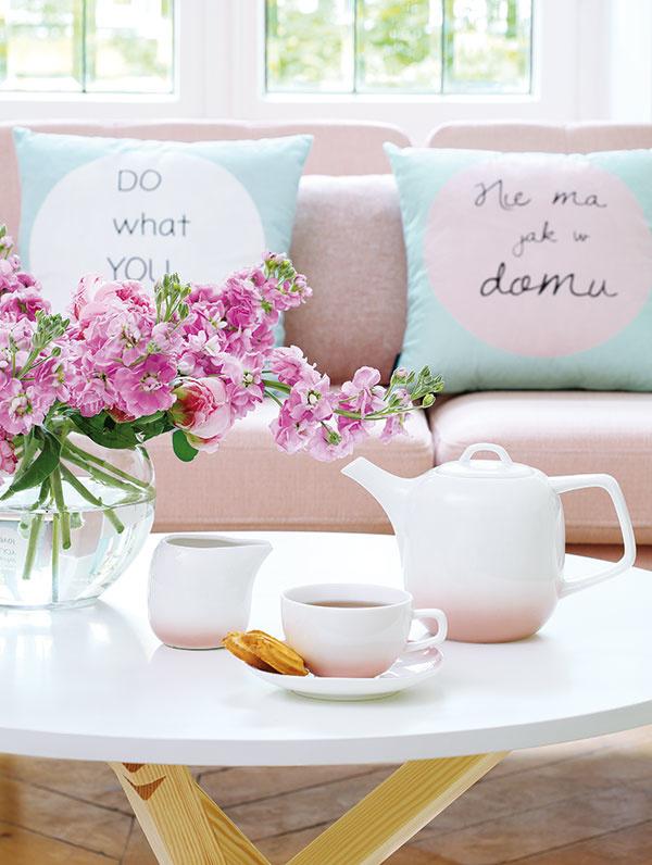 Netreba zložitý aranžmán, postačí jednoduchá kytica zo sezónnych kvetov, šálka čaju a kúsok sladkej dobroty.