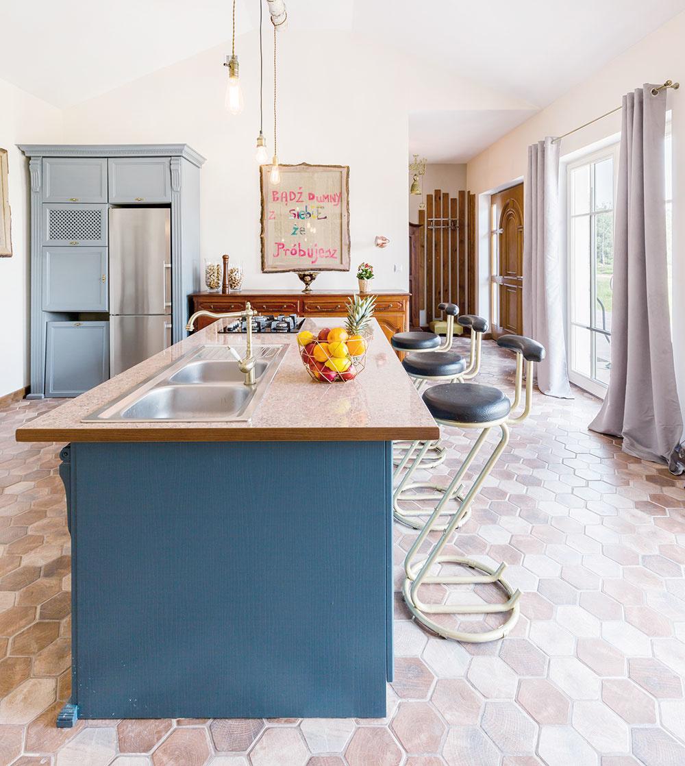 Svojrázny vintage Sofistikovaná kombinácia materiálov a farieb. Modré až modrosivé odtiene vyzerajú skvelo s hutnými zemitými tónmi hnedej dlažby v tvare medového plástu. Tu krásne vidieť, že nielen farba, ale aj tvar dlažby je podstatný. Vynikajúca voľba pre kuchyňu vo vidieckom štýle. Vytvára mierumilovné, pokojné prostredie.