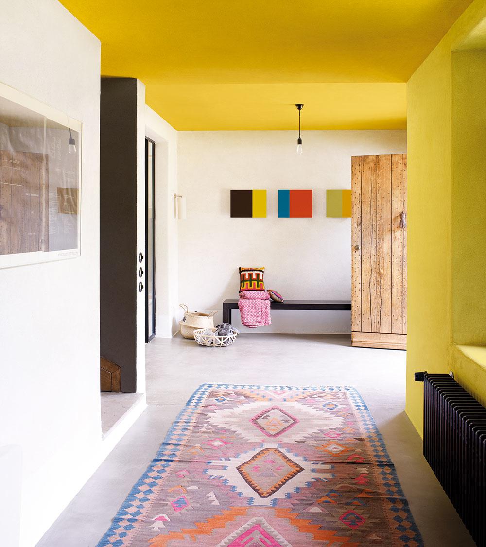 Hrejivý betón Liate podlahy dnes dokážu imitovať betón aj mramor, ba ani rôzne vzory či farebné varianty nie sú problém. Sú krásne jednoliate, bez škár, na pohľad pôsobia čisto, v moderných minimalistických interiéroch priam futuristicky. Ponúkajú však aj solídny základ na vytvorenie živého a vtipného priestoru, ak ich spojíme s farbami a vzormi. Kusový koberec s nízkym vlasom a etno vzorom, jednoduché maľby a farebné steny vítajú a sú predzvesťou, že nuda tu teda určite nebude.