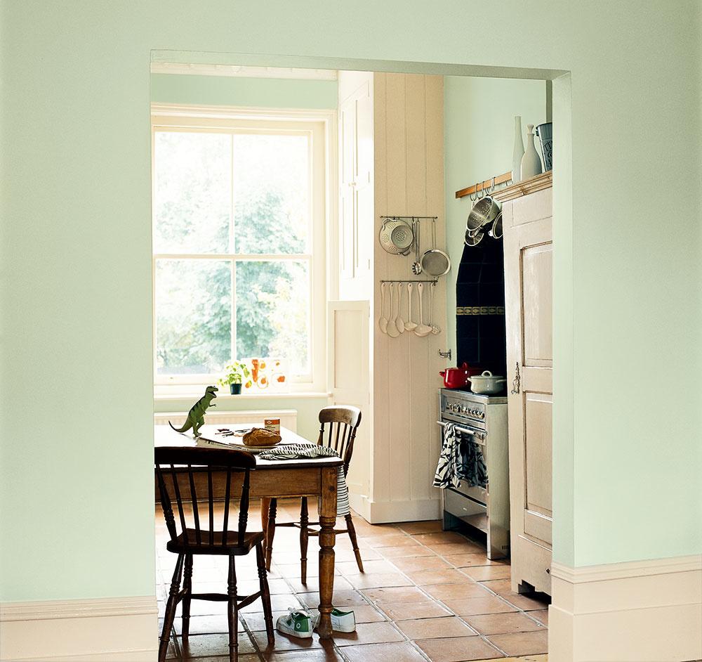Nedokonalá dokonalosť Viete si predstaviť v tradičnom vidieckom dome či na chalupe modernú veľkoformátovú dlažbu? Osvietení majitelia rekonštruujúci takéto obydlia zachovávajú pôvodnosť, ducha miesta a hľadajú skôr menšie formáty v teplých odtieňoch. Do vidieckej kuchyne sa žiada naturálnosť, akú okrem dreva dokáže vytvoriť len rustikálna dlažba.