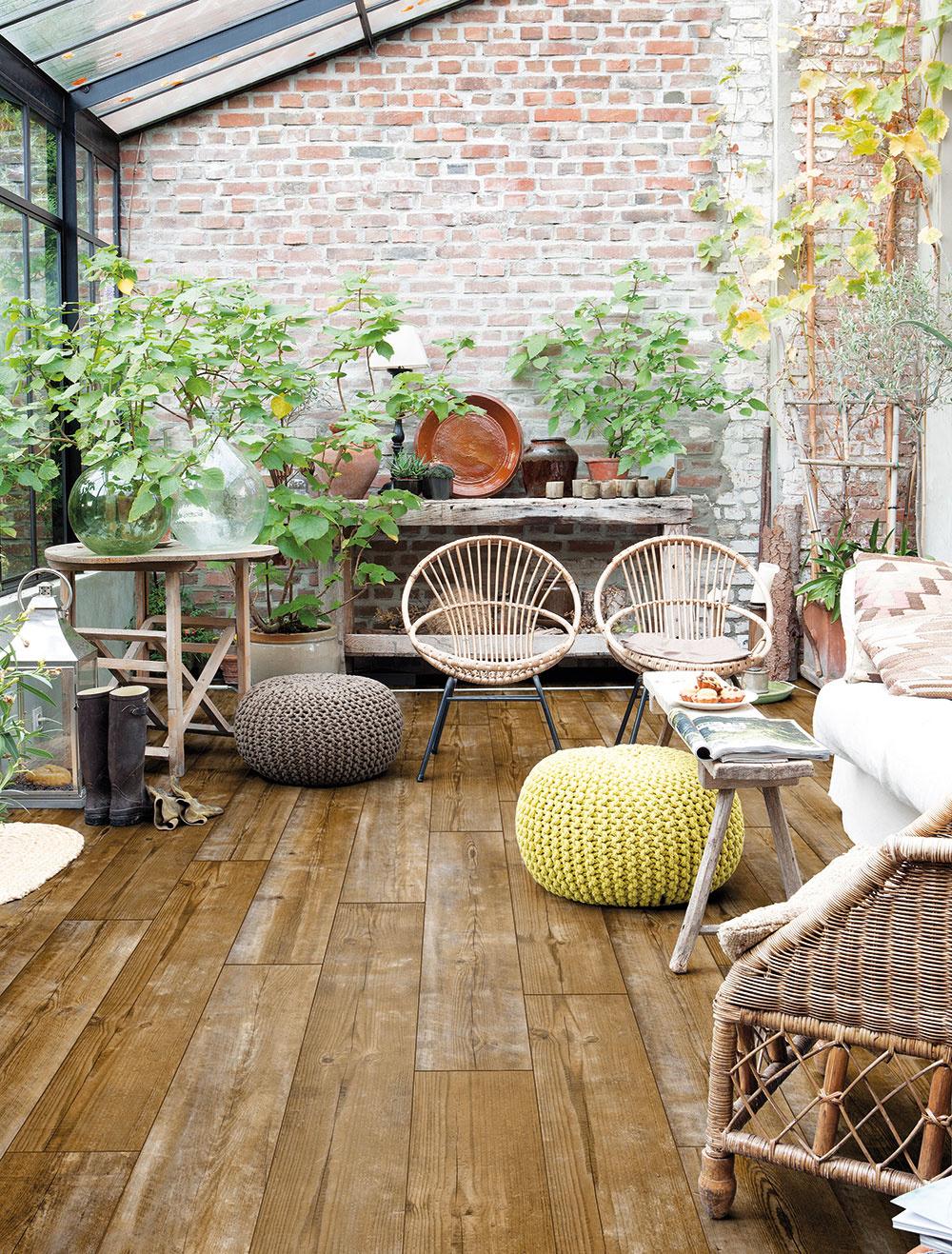 """Takmer ako skutočná Obľúbeným vzorom podlahovín zostáva dub. Dosky s """"nedokonalou"""" povrchovou úpravou sú vhodné najmä do ateliérových industriálnych interiérov či vidieckych domov. Moderné technológie umožňujú vytvoriť takmer vernú kópiu inak drahých materiálov, napríklad dosky so vzorom ohoreného sčernetého dreva. Prepracovaná štruktúra laminátovej podlahy tak vytvára autentický vzhľad a dojem skutočného dreva."""