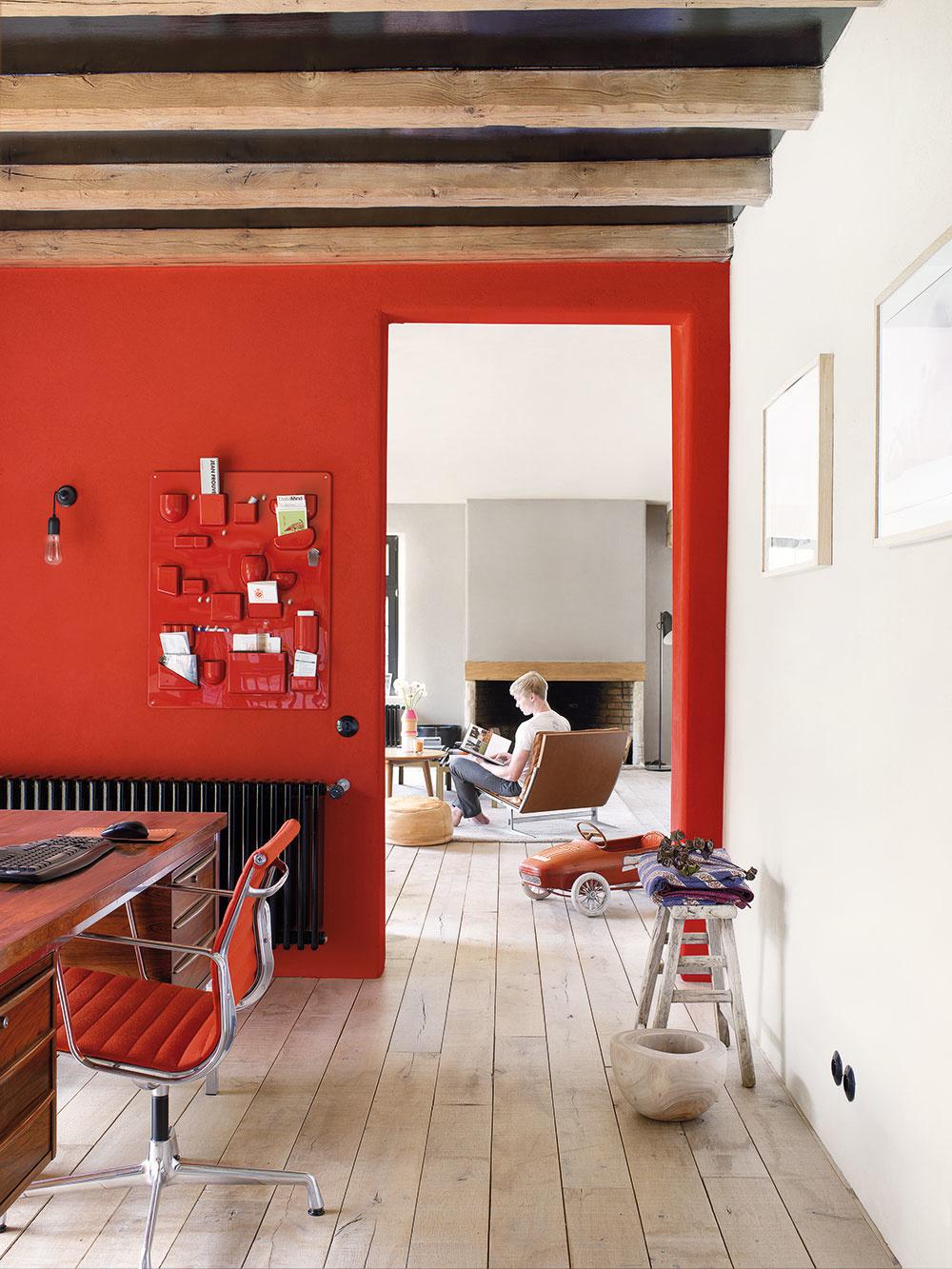Silná dvojka Horúce červené steny sú vášnivé, ich temperament dokáže vyvážiť len rovnako silný materiál, akým je podlaha z drevených dosiek. Tá vytvára pevný základ, dlhé dosky zároveň fungujú ako spojovací prvok medzi jednotlivými miestnosťami – bez deliacich líšt a dverí tak pôsobí interiér jednoliato. A keď sa nám zažiada trochu pokojnejšej energie, stačí sa presunúť do vedľajšej izby a usadiť sa v pohodlnom kresle.