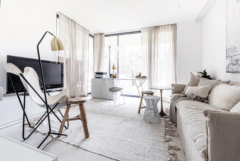 Bielu, ktorá tvorí farebný základ celého interiéru, použil architekt v mnohých variáciách povrchov – na drevených olejovaných podlahách, na hladkom nábytku či lesklom mramorovom obklade – a prelína sa domom aj na textíliách, ľanovom povlečení a závesoch.