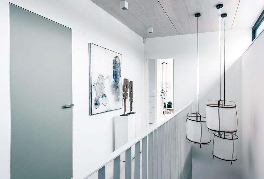 Dom je postavený technológiou montovaných drevených sendvičových panelov. Drevené dielce, priznané na strope druhého podlažia, sú pre zjednotenie s ostatnými priestormi natreté bielou lazúrou.