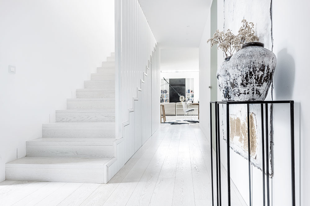 Dispozícia domu je rozdelená do dvoch podlaží. Pozdĺžna komunikačná os so schodiskom ústi na prízemí do hlavného denného priestoru. Zároveň je z nej prístupná wellness miestnosť so saunou a pracovňa, ktorá slúži aj ako hosťovská izba.