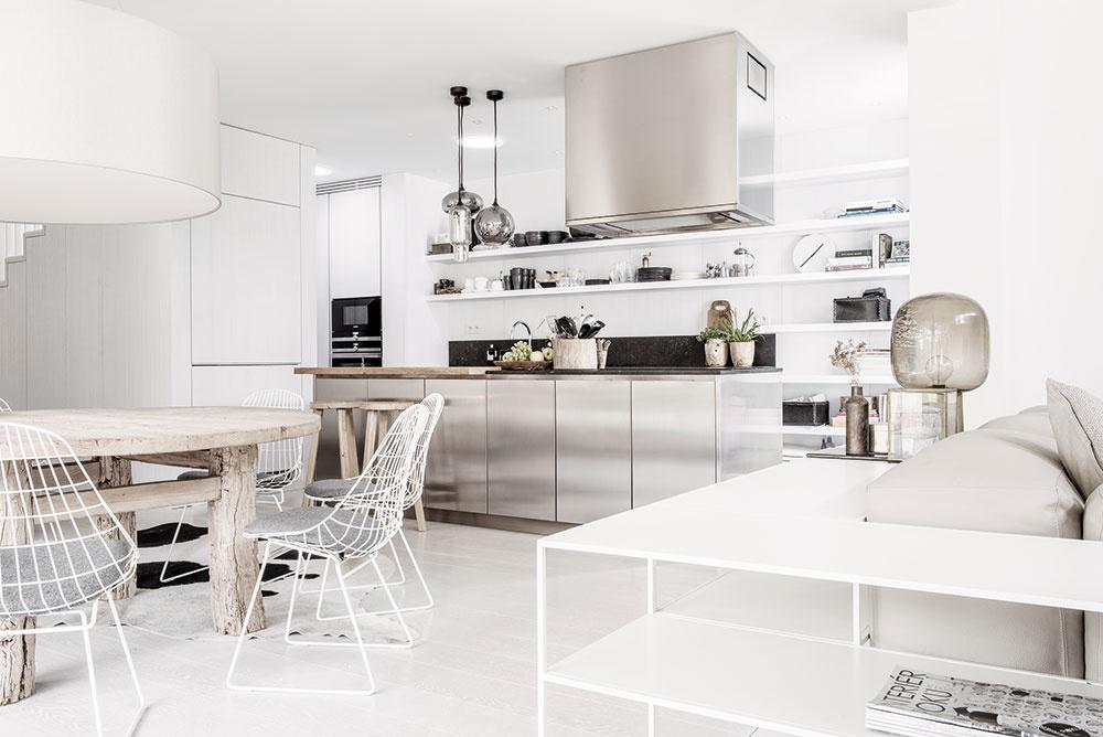 Kuchyňa je členená na dve zóny umiestnené v rovnobežných líniách – varná časť na ostrove je orientovaná smerom do jedálne, príprava s drezom je obrátená k stene a do priestoru pod schodiskom.