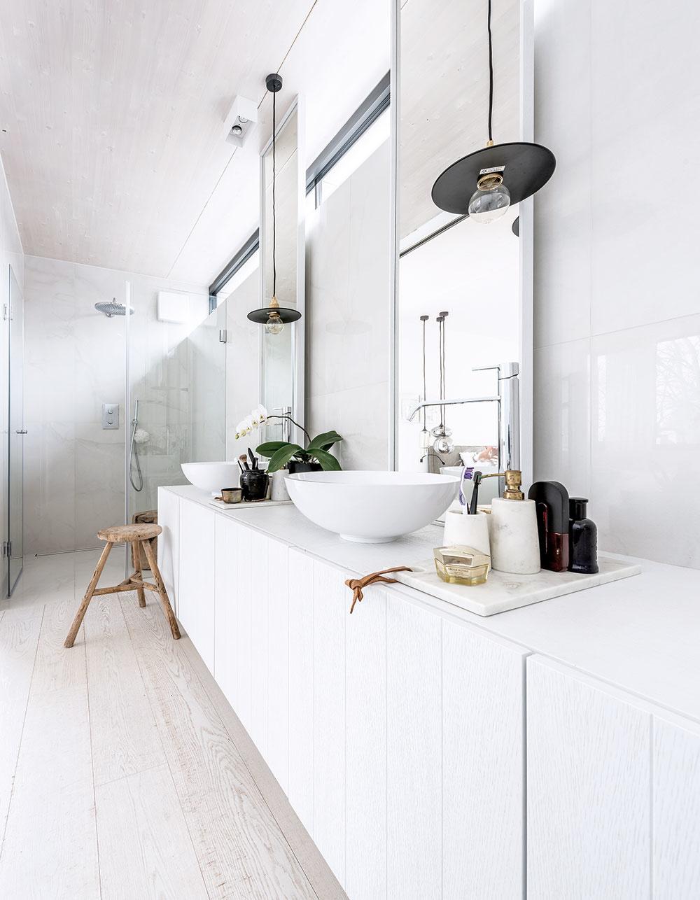 Predmety každodennej potreby nepôsobia v jednotlivých miestnostiach rušivo, ale prirodzene ich zabývajú – jednoduché kvádre nábytku s mramorovými doskami vytvárajú v kúpeľni priestor na kozmetické potreby.