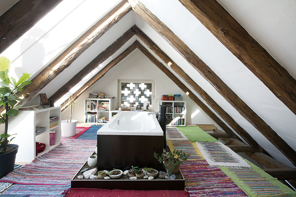Tradičnú podkrovnú otázku, kam s vaňou, vyriešil architekt jednoducho – umiestnil ju doprostred priestoru, priamo pod hrebeň.