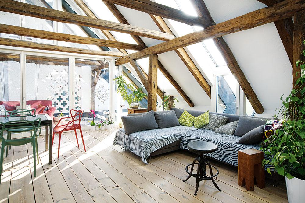 Strešné okná, ktoré kopírujú tvar strechy, osadili do niektorých polí medzi trámami tak, aby sa do podkrovia dostávalo optimálne množstvo svetla a čerstvého vzduchu.