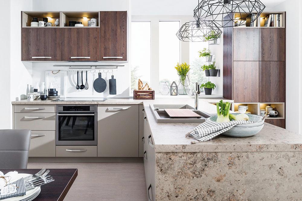 Obľúbenou voľbou sú laminátové dosky imitujúce prírodné materiály. Kuchyňu Cora, ktorá kombinuje dekory dreva, prírodného kameňa a matné sivé plochy, ponúka Decodom.