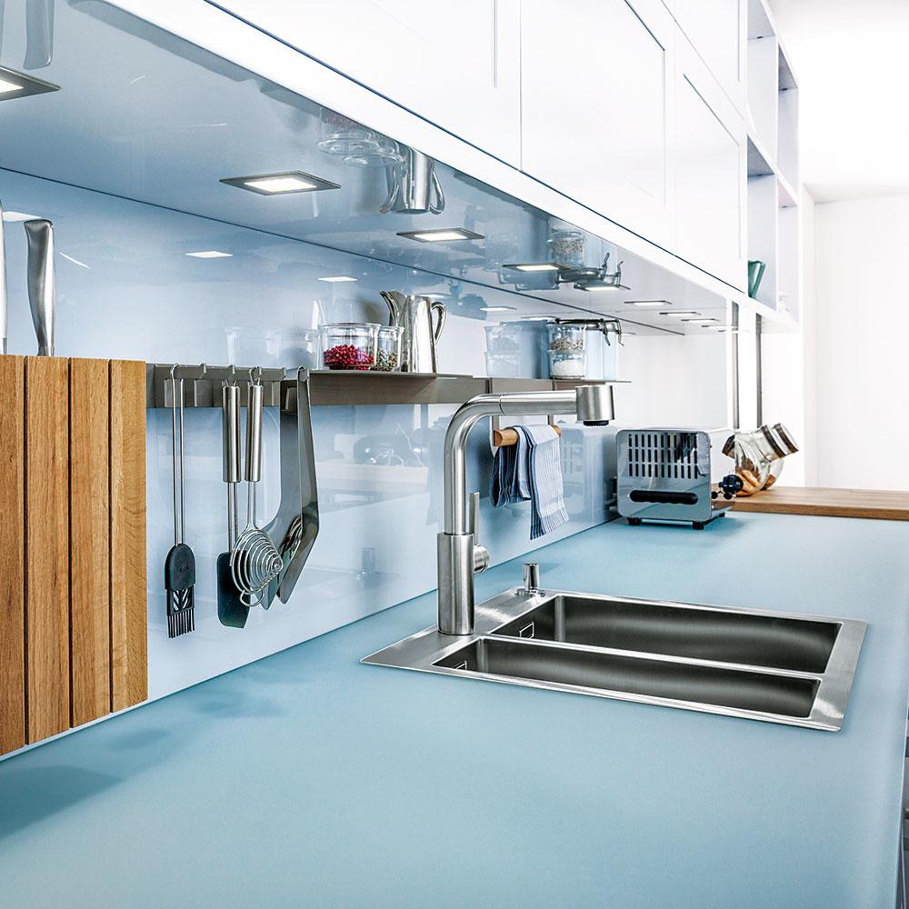 Alternatívou lesklej pracovnej dosky môže byť matné vyhotovenie. Zaujímavé riešenie kuchýň s použitím skla ponúka značka Leicht. Predáva Zeno Showroom Bratislava a Košice.