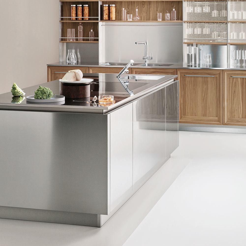 Nehrdzavejúcu oceľ možno použiť nielen na stvárnenie pracovnej dosky, ale aj dolných či horných skriniek a kuchynskej zásteny. Nájdete v portfóliu značky Veneta Cucine.