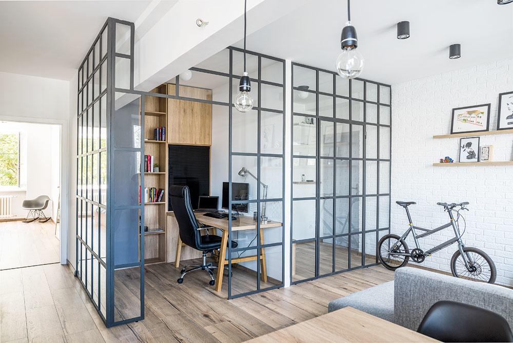 Dvojizbový byt v Piešťanoch, ktorý oživila nápaditá kovová konštrukcia